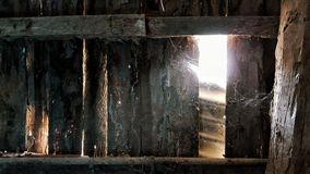 A parede de madeira oxidada com a luz do sol através dos furos resistidos Fotos de Stock