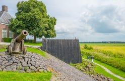 Parede de madeira que protege uma ilha contra um antigo mar imagem de stock royalty free