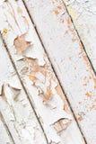 Parede de madeira velha com descascamento da pintura branca imagens de stock