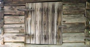 Parede de madeira velha com obturador da janela imagens de stock royalty free