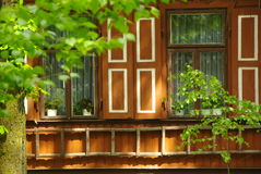 Parede de madeira velha com obturadores exteriores e uma escada de madeira Fotografia de Stock Royalty Free