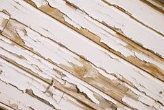Parede de madeira velha com pintura branca rachada no ângulo Fotos de Stock