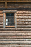 Parede de madeira velha da casa de log com a janela entreaberta com cortina Imagem de Stock Royalty Free