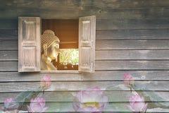 A parede de madeira velha, que tem as janelas da Buda que representa o budista budista, budista, asiático, é respeitada muito, e fotografia de stock