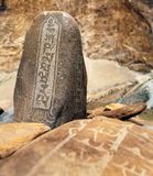 Parede de Mani com símbolos budistas Fotografia de Stock