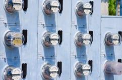 Parede de medidores elétricos imagens de stock