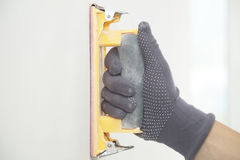 Parede de moedura da mão com lixa Foto de Stock
