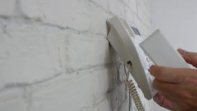 Parede de Near Interior Office do homem de negócios que disca uma tentativa do número para fazer um telefonema filme