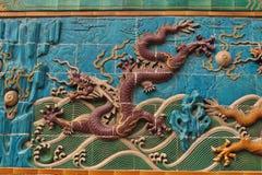 A parede de nove dragões no parque de Beihai fotografia de stock