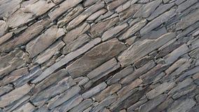 Parede de partes com cuidado empilhadas da pedra da natureza imagem de stock