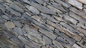 Parede de partes com cuidado empilhadas da pedra da natureza imagem de stock royalty free