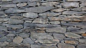 Parede de partes com cuidado empilhadas da pedra da natureza foto de stock