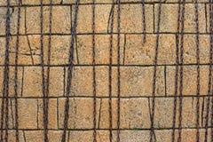 Parede de pedra amarela dos tijolos com correntes metálicas foto de stock royalty free