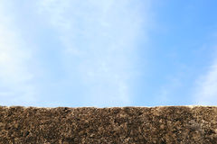 Parede de pedra com céu azul Fotografia de Stock