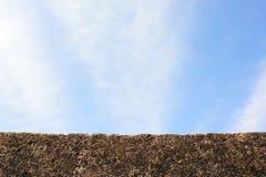 Parede de pedra com céu azul Imagens de Stock