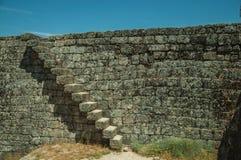 Parede de pedra com a escadaria no castelo de Monsanto imagens de stock