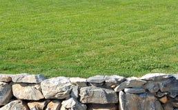 Parede de pedra com grama imagem de stock royalty free