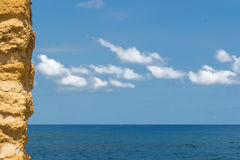 A parede de pedra com o mar Imagem de Stock