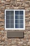 Parede de pedra com um indicador branco Fotos de Stock