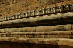 A parede de pedra decorativa do templo antigo de Brihadisvara no cholapuram do gangaikonda, india fotos de stock