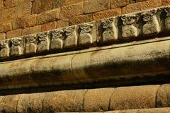 A parede de pedra decorativa do templo antigo de Brihadisvara no cholapuram do gangaikonda, india foto de stock royalty free