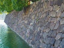Parede de pedra do fosso da área imperial japonesa do palácio no Tóquio do centro Japão imagens de stock