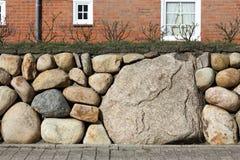 Parede de pedra do Frisian com uma camada fresca de solo imagem de stock
