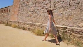 A parede de pedra do toque da mulher, aprecia o castelo que sightseeing filme