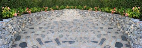 Parede de pedra e caminho, flor no jardim Imagem de Stock