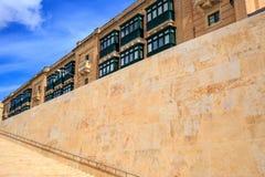 Parede de pedra e escadas em Valletta, Malta Escadaria vazia para o fundo Fotos de Stock Royalty Free