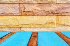 Parede de pedra e fundo de madeira azul do assoalho Imagem de Stock