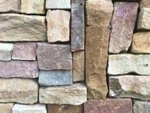 A parede de pedra marrom bonita é usada para decorar a construção de casa imagens de stock