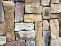 A parede de pedra marrom bonita é usada para decorar a construção de casa fotografia de stock royalty free