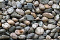 Parede de pedra na gaiola do metal fotos de stock