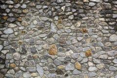 Parede de pedra natural abandonada velha da fundação foto de stock