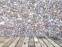 Parede de pedra no estilo moderno interior da sala de madeira do assoalho Imagem de Stock