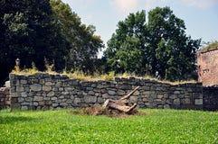 Parede de pedra no parque da cidade imagens de stock
