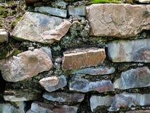 Parede de pedra de uma casa velha, alvenaria velha Textura, alvenaria fotografia de stock royalty free