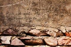 Parede de pedra velha com assoalho do cimento Fotografia de Stock Royalty Free