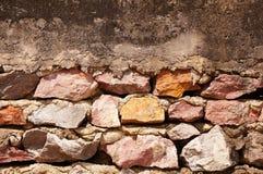 Parede de pedra velha com assoalho do cimento Foto de Stock