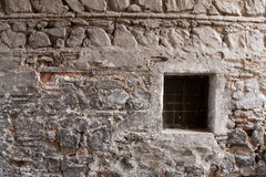 Parede de pedra velha com backgraund da janela BC Fotos de Stock