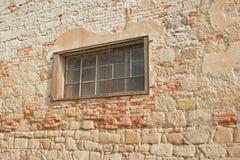 Parede de pedra velha com caído Imagens de Stock