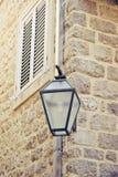 Parede de pedra velha com lanterna Imagem de Stock Royalty Free