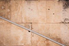 Parede de pedra velha com trilhos fotos de stock royalty free