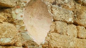 Parede de pedra velha da construção antiga abandonada, conservação da herança cultural filme