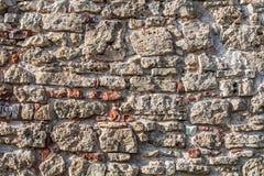 Parede de pedras grandes e de tijolos quebrados fotografia de stock royalty free