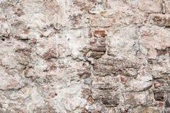 Parede de pedras grandes e de tijolos quebrados fotografia de stock