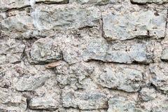 Parede de pedras grandes e de tijolos quebrados fotos de stock