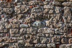 Parede de pedras grandes e de tijolos quebrados imagem de stock