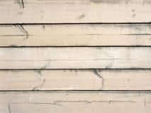 A parede de placas de madeira velhas é sujeita à corrosão devido às condições meteorológicas fotos de stock